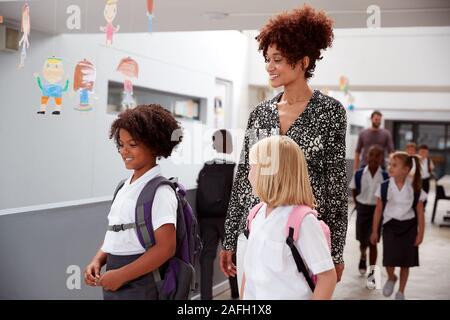 Lehrer und Schüler Entlang Korridor In besetzt Grundschule Korridor