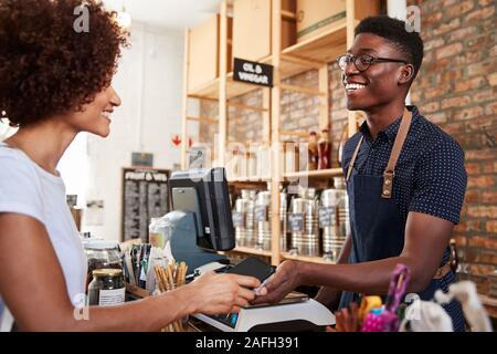 Kunden kontaktloses Bezahlen für den Einkauf an der Kasse der Grocery Store mit Handy - Stockfoto