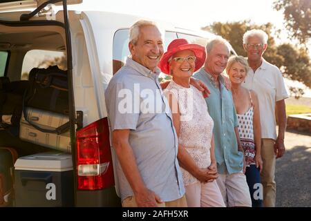 Portrait von älteren Freunden zusammen und stand neben Van im Urlaub - Stockfoto