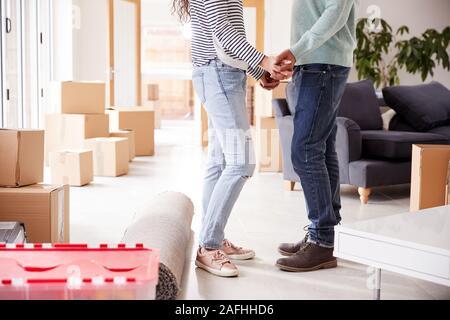 In der Nähe von Paar Hände halten durch Boxen im neuen Haus am Umzugstag Umgeben - Stockfoto