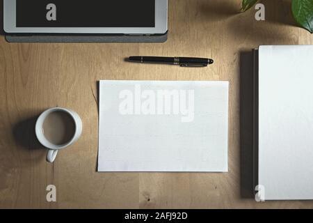 Arbeitsplatz eines blinden Person mit einer Tablette, einer Tasse Kaffee und etwas Dokumentation in Blindenschrift. Leere Raum für Editor's Text. - Stockfoto