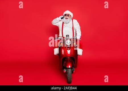 Portrait von Nizza attraktive Bärtigen heiter lustig Santa tragen cap Hut reiten Motorrad am Telefon sprechen, Aufträge über Helle, lebendige isoliert - Stockfoto