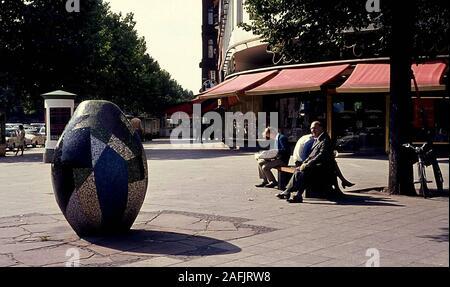 Männer auf einer Bank am Kurfürstendamm in Berlin über die Straße ein Ei mit tessera gemacht. - Stockfoto