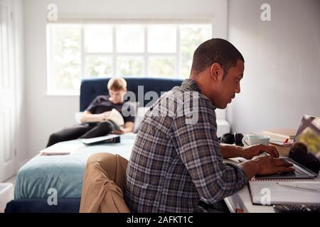 Zwei männliche Studenten im Gemeinsamen Schlafzimmer Studium zusammen
