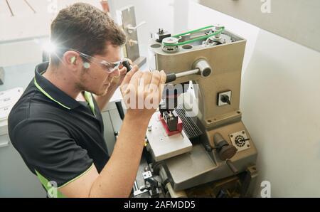 Schlosser arbeiten auf dem Duplikat einer Schlüssel in das Duplizieren von Maschine - Stockfoto