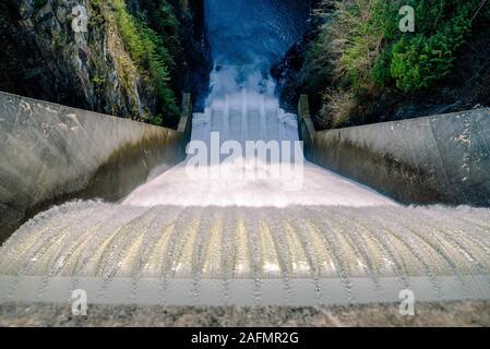 Eine Ansicht des Capilano River fließen die Hochwasserentlastung des Cleveland Damm in North Vancouver - Stockfoto