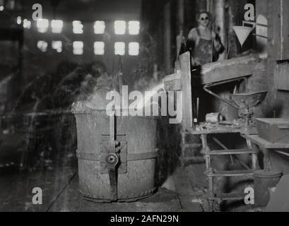 Die Arbeitnehmer sind auf der Allis Chalmers Fabrik in Milwaukee, Wisconsin gezeigt, Ca. 1930. - Stockfoto