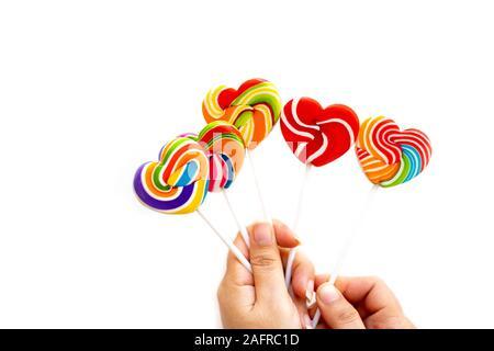 Süßigkeiten Bonbons Herzform Farbe voll - auf weißem Hintergrund, Set candy Farbe rainbow Lutscher, Geschenk für Valentinstag Liebe Konzept - Stockfoto