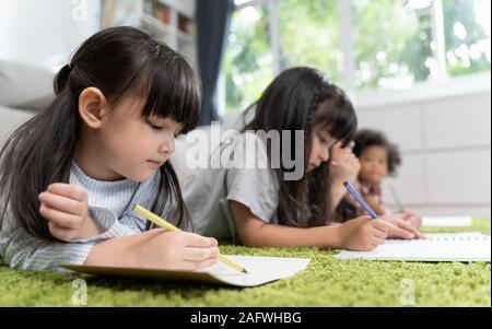 Gruppe kleiner Kinder im Vorschulalter Zeichenpapier mit Buntstifte. Portrait von Kindern Freunde Bildung Konzept. - Stockfoto
