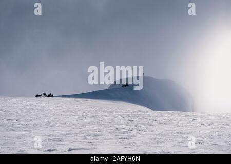 Wissenschaftler, die auf Rotarfellshnukur Bergspitze, Eiskappe des Vatnajökull, Island. - Stockfoto
