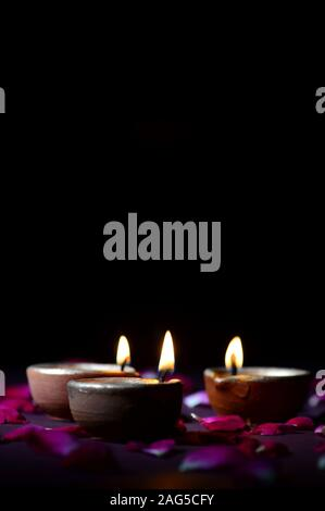 Traditionelle Ton diya Lampen leuchten bei Diwali Feier - Stockfoto