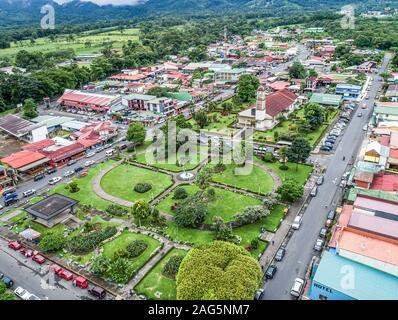 Dorf La Fortuna, Costa Rica 12.11.19 - Luftaufnahme von Stadt und Kirche auf dem Parque Central Square. - Stockfoto