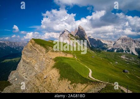 Almen umgebenden Klippen und der Gipfel der Berge Bildung Seceda, Secèda, Teil des Naturpark Puez-Geisler, Parco naturale Puez Geisler - Stockfoto
