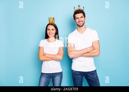 Porträt Seiner er ihr, daß sie schöne attraktive Bezaubernd, charmantes, Heiter Heiter Inhalt Paar tragen Tiara verschränkten Armen auf helle, lebendige/-isoliert - Stockfoto