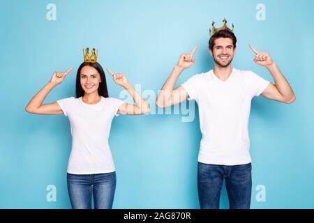 Porträt Seiner er ihr, daß sie schön schön schön Heiter Heiter Inhalt Paar demonstrieren Diamond tiara auf helle, lebendige/ Isolierte tragen - Stockfoto