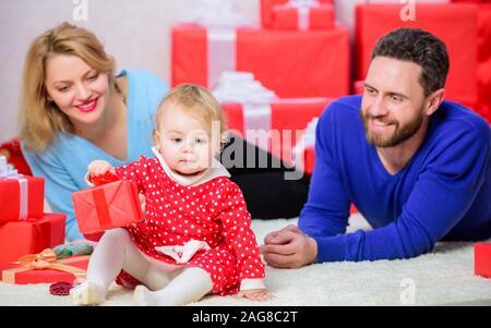 Vater, Mutter und Tochter Kind. Online einkaufen. Mein Herz nehmen. Valentines Tag. Red Boxen. Glückliche Familie mit vorhanden. Liebe und Vertrauen in der Familie. Der Mann und die Frau mit dem kleinen Mädchen Bärtigen. - Stockfoto