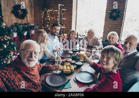 Foto von große Familie mit Großeltern und Enkel unter selfie Sohn und Tochter Frau Mann lächelnd toothily mit festlichen Stimmung in der Schwelle - Stockfoto