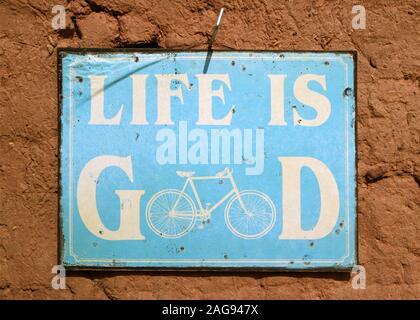 Botschaft des Lebens ist gut auf das Blue Board hängend an der rauhen Wand