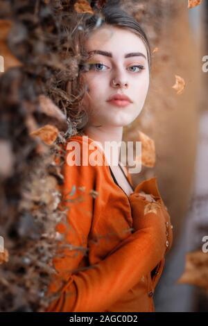 Eine Frau, mit der Farben des Herbstes