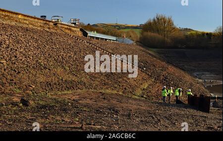 Lokales Fernsehen media Team Einrichten von den leeren Behälter an Toddbrook Whaley Bridge zu berichten. Das Team ist durch die große Staumauer übersehen - Stockfoto
