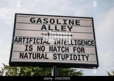 Gasoline Alley humorvoll Schild am Goodwood Revival. Künstliche Intelligenz ist keine Übereinstimmung für natürliche Dummheit. Comedy Witz unterzeichnen. . AI. Platz für Kopie - Stockfoto