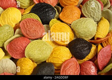 Essen Hintergrund - Ungekocht bunte Hartweizengrieß orecchiette Pasta zusätzlich mit besonderen Zutaten: getrocknete Karotten, rote Rüben, Spina - Stockfoto