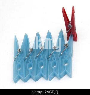 Kuckucksei aus Farbkonzept mit Wäsche Klammern - Stockfoto
