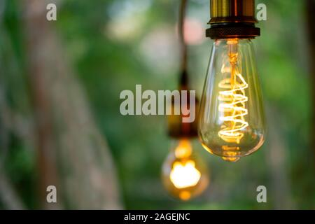 Classic retro Glühlampen led elektrische Lampe warm weiß auf unscharfen Hintergrund, Vintage Glühbirne - Stockfoto