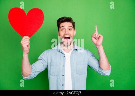 Foto von Casual positive netten attraktiven Mann nach oben in einem Brainstorming Gedanken halten Große rote Herzen in mit Idee, Wen - Stockfoto