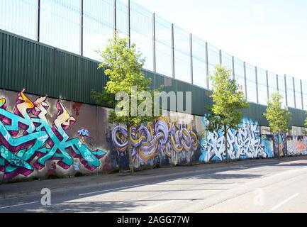 Farbenfrohen Wandmalereien & Graffiti auf Frieden Wand, oder Frieden Linie, entlang Cupar in Belfast. Es ist einer der vielen Trennung Barrieren in Nordirland - Stockfoto