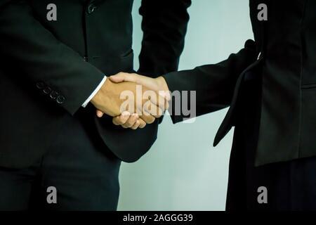 Geschäftsleute, die Hände zu schütteln, bis eine Papiere zu unterschreiben. Konferenz-, Vertrags- und Rechtsanwalt Beratung Konzept. - Stockfoto