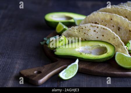 Hausgemachte chicken Tacos mit Mango, Ananas und Gurke salsa. Copyspace Hintergrund. - Stockfoto