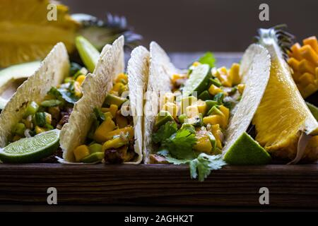 Hausgemachte chicken Tacos mit Mango, Ananas und Gurke salsa - Stockfoto