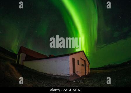 Aurora Borealis (Nordlicht) tanzen über Island. - Stockfoto