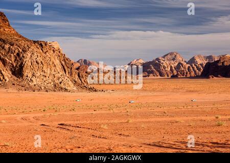Wadi Rum, Landschaften von Sandy Desert und Anzeigen von erodierten Rocky moutains, Jordanien, Naher Osten, Asien - Stockfoto