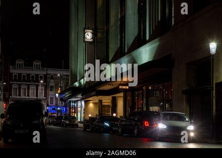 London, England, Großbritannien - 25 November 2019: Northcliffe House, Büros der Evening Standard, Daily Mail und unabhängige Zeitungen, leuchtet in der Nacht in - Stockfoto