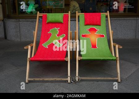Rot und Grün Applemann Leinwand schlinge Stühle vor dem Super trendigen Store in Berlin Anzeigen der kleine Mann Logo von DDR-Ampel. - Stockfoto