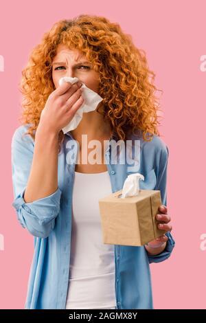Schöne Frau weinen mit Papier Servietten, isoliert auf Rosa - Stockfoto