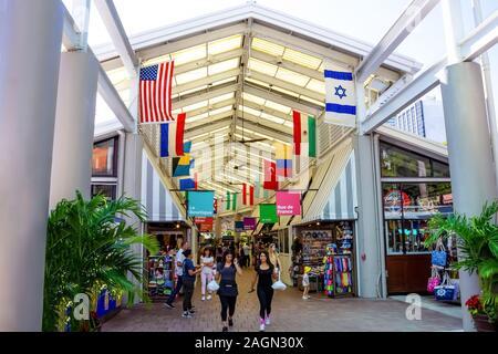 Miami, USA - 30. November 2019: Einrichtung von Miami und Bayside Marketplace. Die Marina wurde komplett neu aufgebaut und 1997 wieder eröffnet - Stockfoto