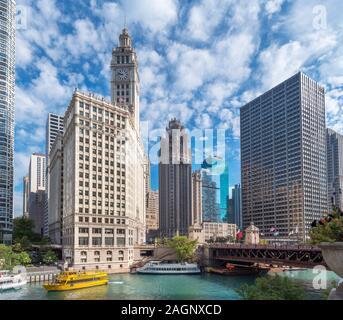Chicago River, Downtown Skyline und DuSable Brücke (vormals Michigan Avenue Bridge), Chicago, USA. Die Wrigley Building und Tribune Tower im Zentrum. - Stockfoto