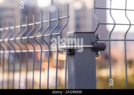 Zaun aus Stahl geschweißte Bleche Gitter Draht - Stockfoto