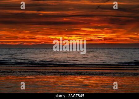 Brennender Himmel über den Ozean kurz nach Sonnenuntergang in Nordfrankreich - Stockfoto