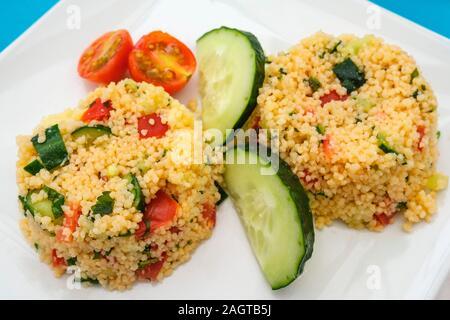 Gesundes Essen. Tabbouleh Salat mit frischen Gurken und Tomaten - Stockfoto