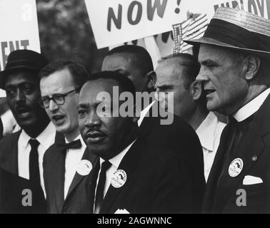 Martin Luther King Jr. an der bürgerlichen Rechte Marsch auf Washington. Martin Luther King Jr. (15. Januar 1929 bis 4. April 1968) war ein US-amerikanischer christlicher Minister und Aktivist, der die sichtbaren Sprecher und Führer in der Bürgerrechtsbewegung von 1955 bis zu seiner Ermordung im Jahr 1968. In Atlanta, Georgia geboren, König ist am besten für die Förderung der bürgerlichen Rechte durch Gewaltfreiheit und Zivilen Ungehorsam, bekannt durch seinen christlichen Glauben und der gewaltfreien Aktivismus Mahatma Gandhis inspiriert. - Stockfoto