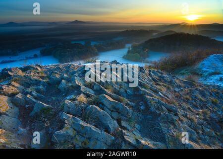 Malerischen bunten Ridge von Sunrise gegen die blauen Misty Hills - Stockfoto