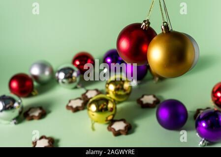 Festliche Weihnachten oder Neujahr Hintergrund. Weihnachten mehrfarbig rot blau silber und gold Kugeln. Urlaub Hintergrund - Stockfoto