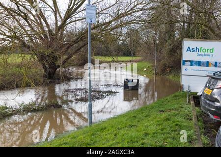 Ashford, Kent, Großbritannien. 22 Dez, 2019. UK Wetter: Hochwasser auf Fußwegen umliegenden Ashford, Kent verlassen einige Bereiche für Menschen unzugänglich. © Paul Lawrenson 2019, Foto: Paul Lawrenson/Alamy leben Nachrichten - Stockfoto