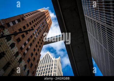 Ally Detroit Center, unter der Detroit Skybridge gesehen, die Verbindung der 16 Etagen des Guardian Gebäudes und eine Woodward, 1976 entworfen, Detroit