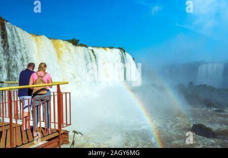 Paar auf dem Hintergrund Wasserfälle Cataratas Foz de Iguazú, Brasilien - Stockfoto