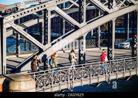 Hamburg, Deutschland - 20.März 2018: Stadtbesichtigung aus der Brooksbrucke Brücke mit einer Gruppe von jungen Mädchen zu Fuß erkunden der Stadt - Stockfoto